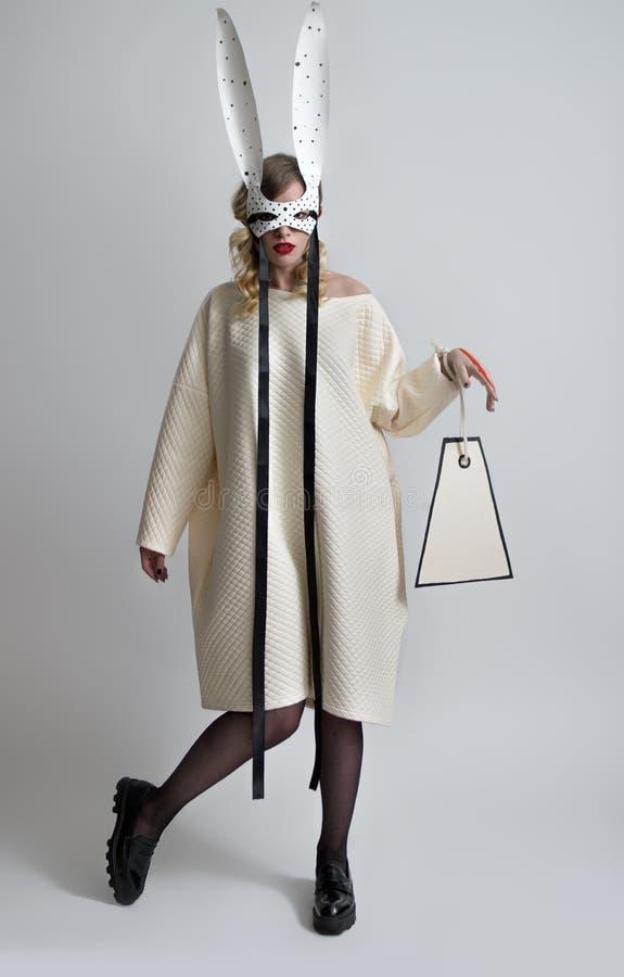 Mulher macia bonita na roupa de forma com orelhas de coelho fotos de stock royalty free