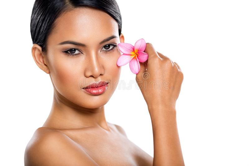 Mulher macia nova com flor tropical foto de stock
