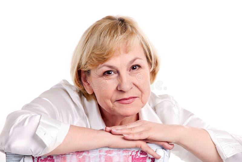 Mulher madura alegre sobre o fundo branco fotografia de stock