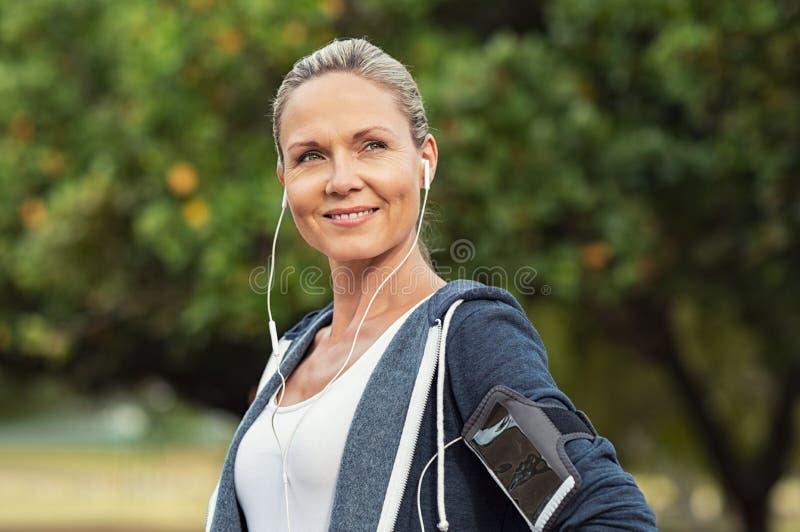 Mulher madura atlética do orgulho fotos de stock