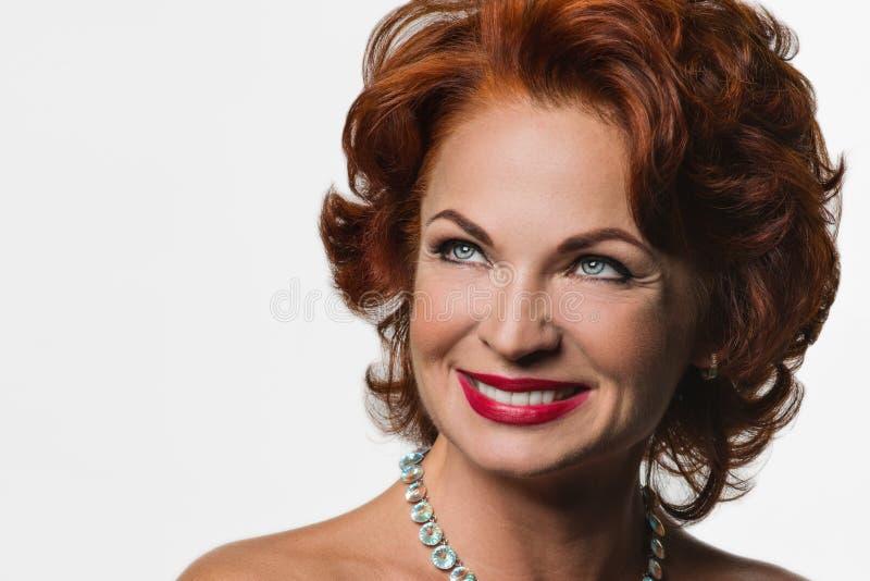 Mulher madura bonita do ruivo na imagem de Marilyn Monroe foto de stock