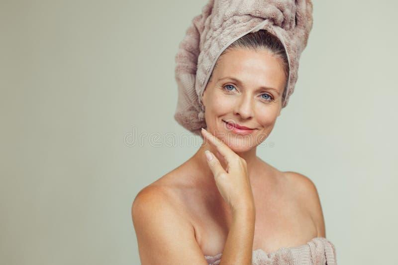 Mulher madura bonita na toalha fotografia de stock