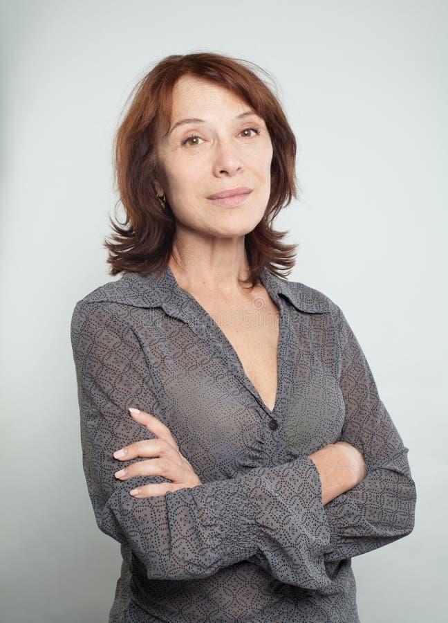 Mulher madura com braços cruzados, retrato imagens de stock