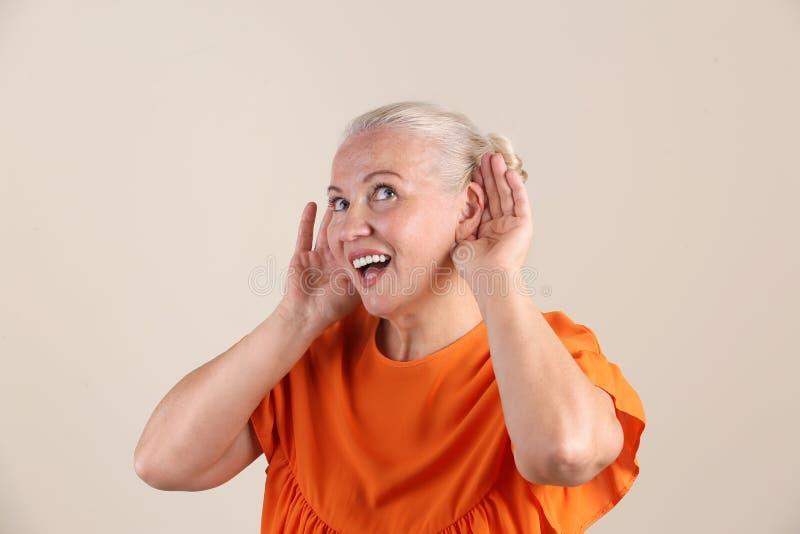 Mulher madura com problema da audição fotos de stock royalty free