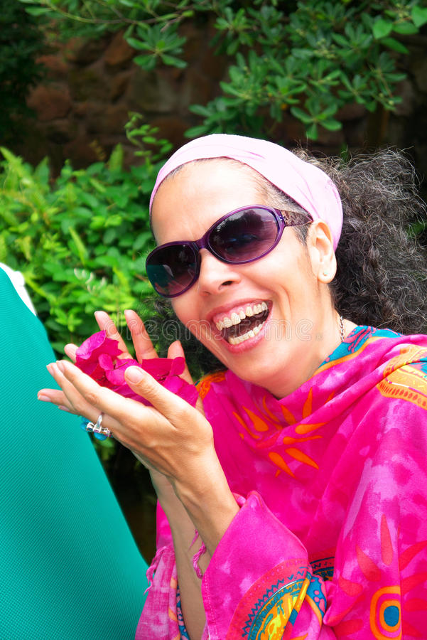 Mulher madura de riso com buganvília foto de stock