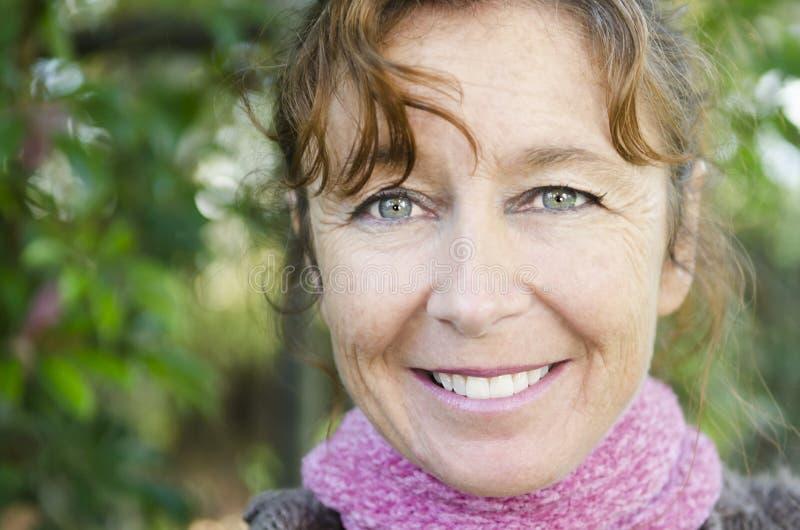 Mulher madura de sorriso feliz fotografia de stock royalty free
