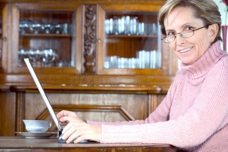 Mulher madura feliz fotografia de stock royalty free