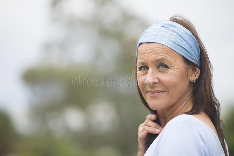 Mulher madura feliz amigável atrativa exterior fotografia de stock royalty free