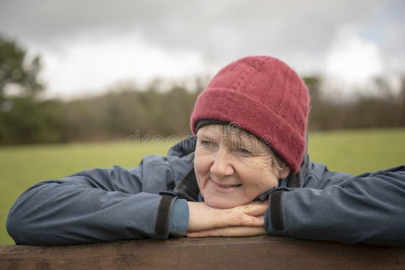 Mulher madura feliz ao ar livre fotografia de stock