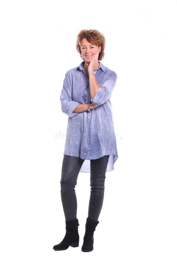 Mulher madura feliz bonita na frente de um fundo fotos de stock royalty free