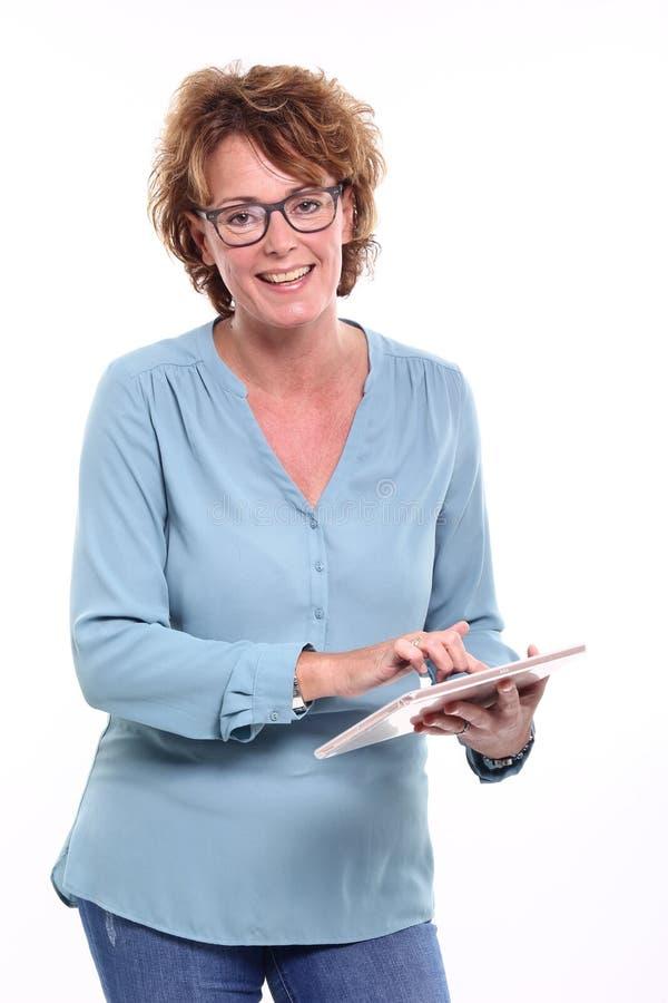 Mulher madura feliz bonita na frente de um fundo foto de stock