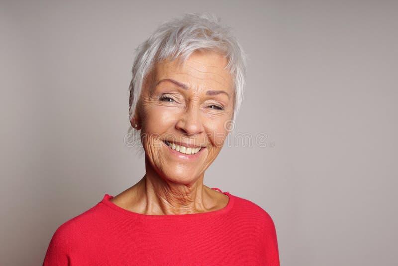 Mulher madura feliz em seus anos sessenta imagens de stock royalty free