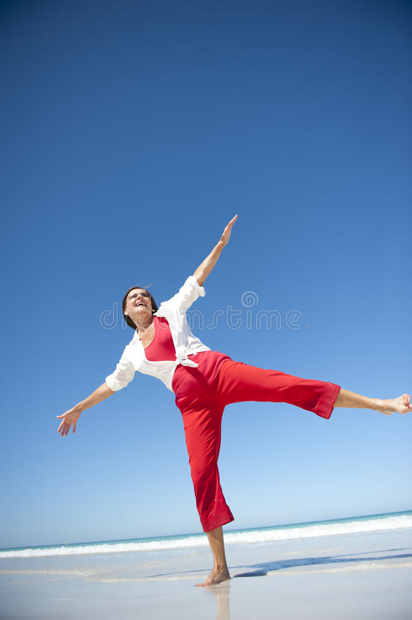 Mulher madura feliz na praia tropical fotografia de stock royalty free