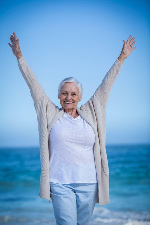 Mulher madura feliz que outstretching seus braços fotografia de stock royalty free