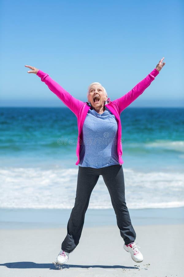 Mulher madura feliz que outstretching seus braços foto de stock