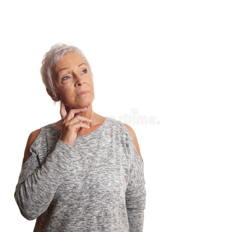 Mulher madura interessada que olha acima imagens de stock royalty free