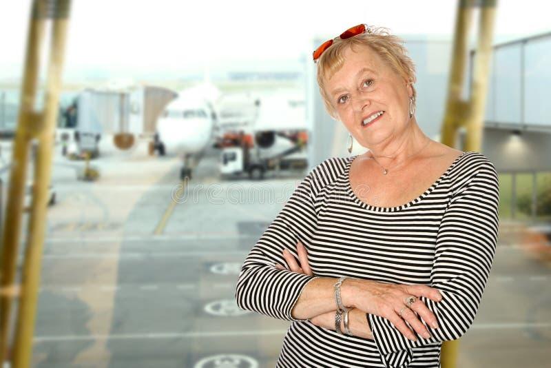 Mulher madura no aeroporto foto de stock royalty free