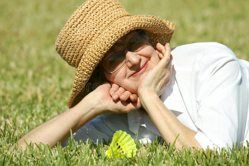 Mulher madura no chapéu do verão imagens de stock