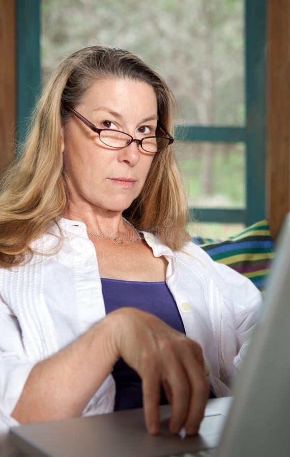 Mulher madura no close up do computador portátil foto de stock royalty free