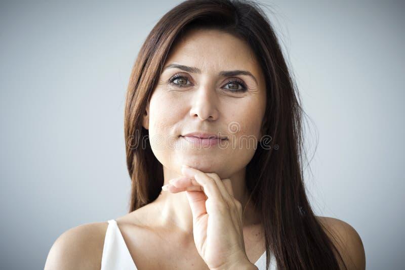 Mulher madura no preto fotos de stock royalty free