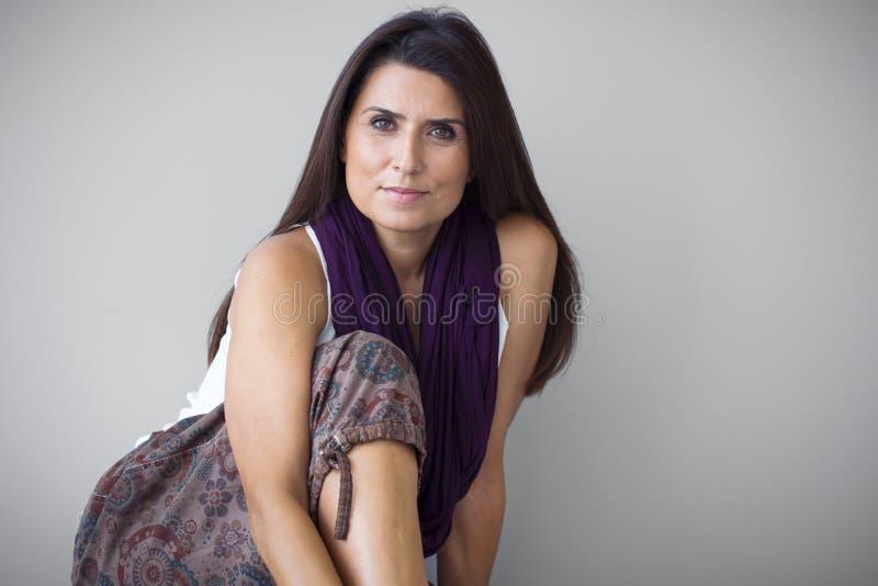 Mulher madura no preto fotografia de stock