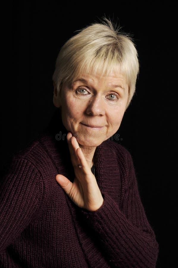 Mulher madura no preto imagens de stock