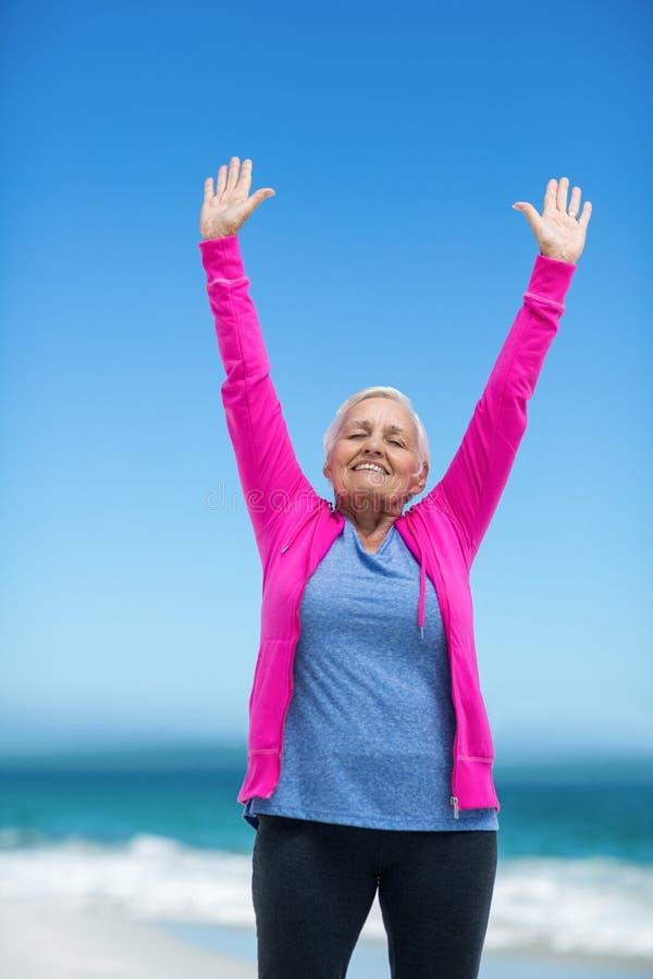 Mulher madura pensativa que outstretching seus braços foto de stock