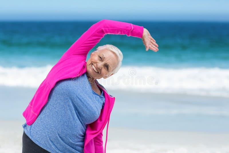 Mulher madura pensativa que outstretching seus braços fotografia de stock royalty free