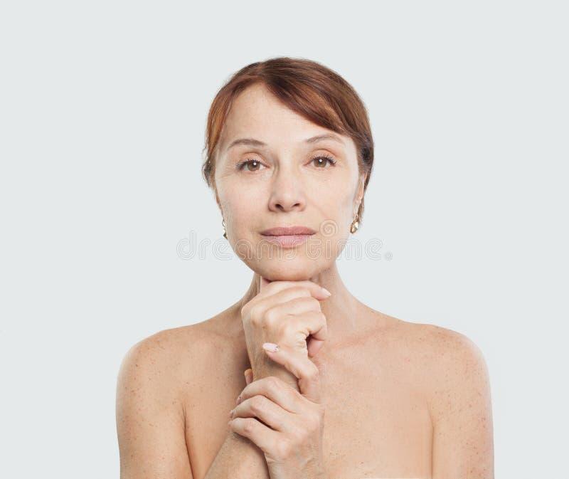 Mulher madura perfeita Tratamento facial, cosmetologia foto de stock