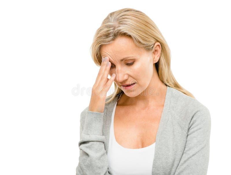 A mulher madura preocupou-se sobre o futuro isolada no backgrou branco imagem de stock