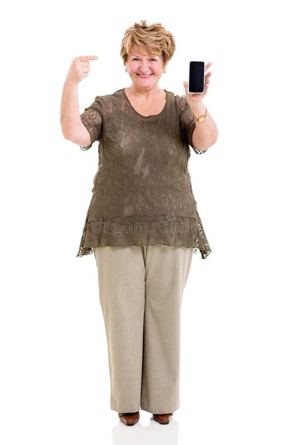 Mulher madura que aponta o telefone esperto foto de stock royalty free