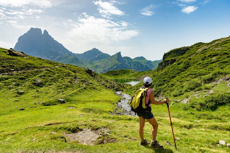 Mulher madura que caminha nas montanhas de Pyrenees imagem de stock