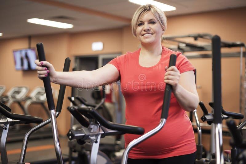 Mulher madura que dá certo no gym fotos de stock royalty free