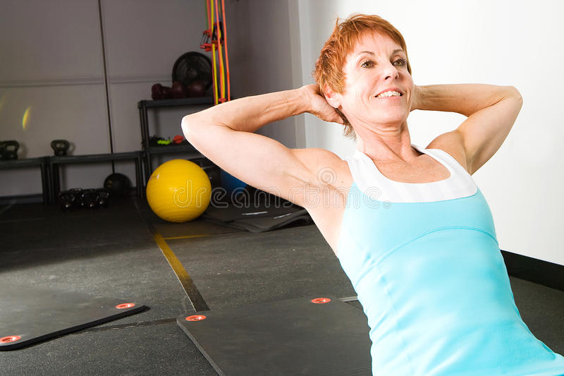 Mulher madura que faz Pilates foto de stock