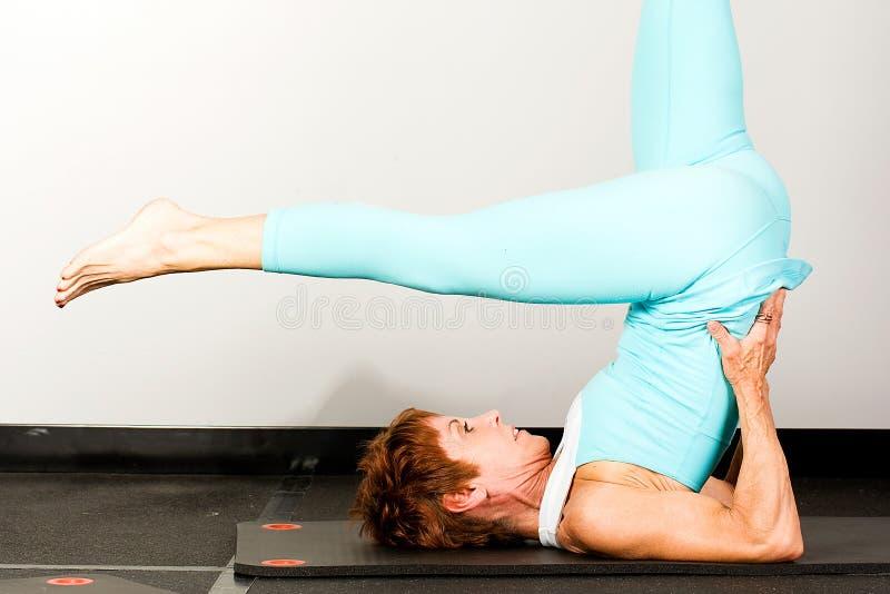 Mulher madura que faz Pilates fotografia de stock