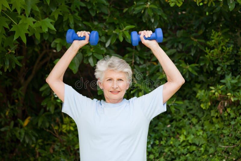Mulher madura que faz seus exercícios fotografia de stock royalty free