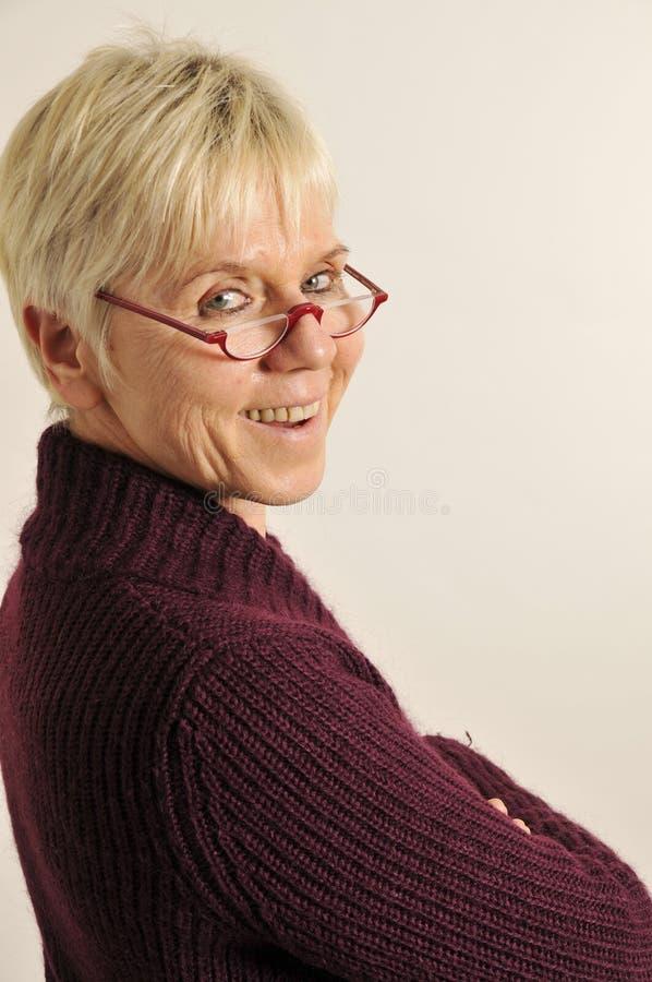 Mulher madura que olha para trás imagem de stock