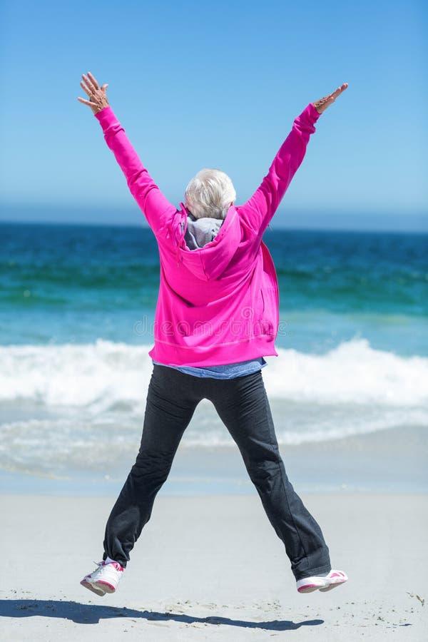Mulher madura que outstretching seus braços fotografia de stock