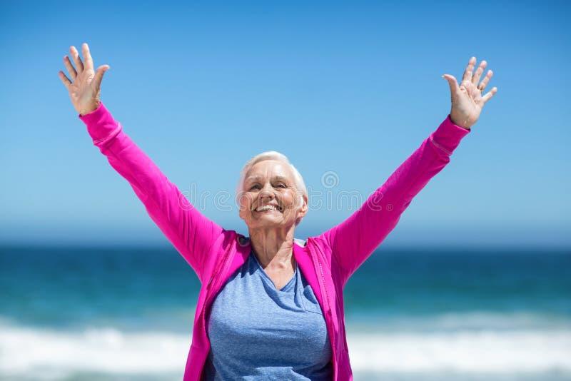 Mulher madura que outstretching seus braços imagens de stock royalty free