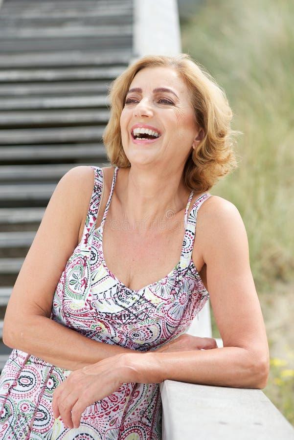 Mulher madura que ri fora fotografia de stock