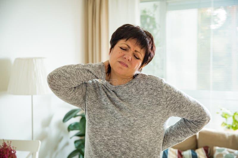 Mulher madura que sofre da dor lombar foto de stock royalty free
