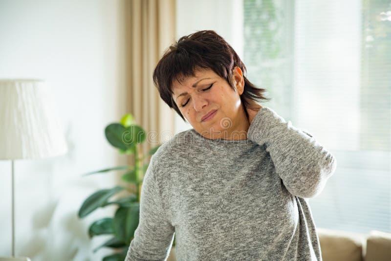Mulher madura que sofre da dor lombar imagens de stock