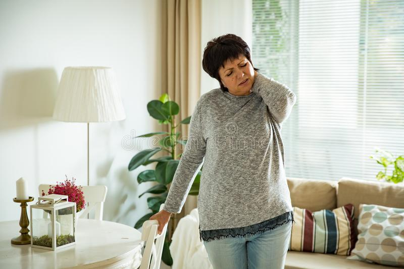 Mulher madura que sofre da dor lombar imagens de stock royalty free