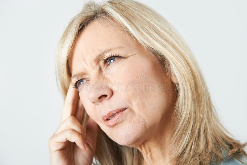 Mulher madura que sofre da perda de memória fotografia de stock
