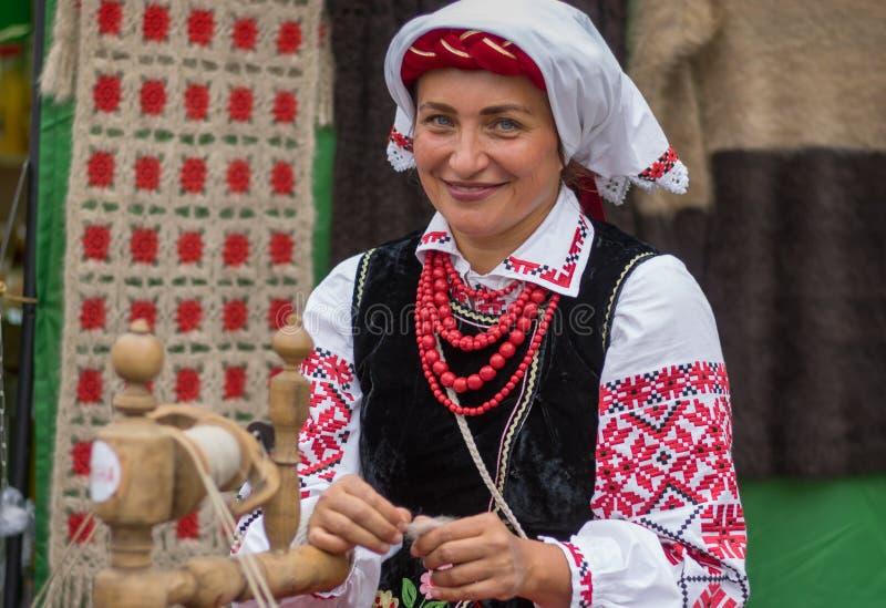 Mulher madura que veste o traje nacional ucraniano com camisa bordada Vyshyvanka durante a atividade do local do dia da cidade foto de stock