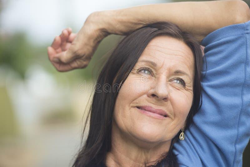 Mulher madura relaxado de sorriso feliz imagem de stock