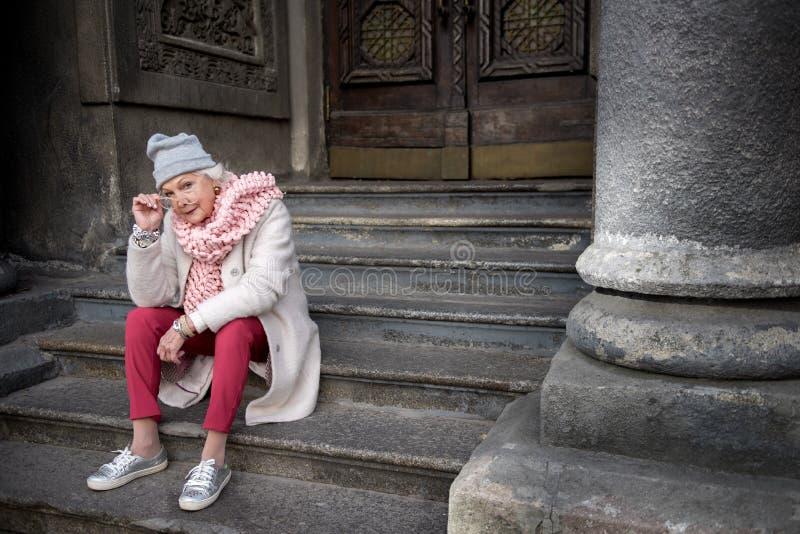 Mulher madura séria que sightseeing na cidade fotos de stock royalty free