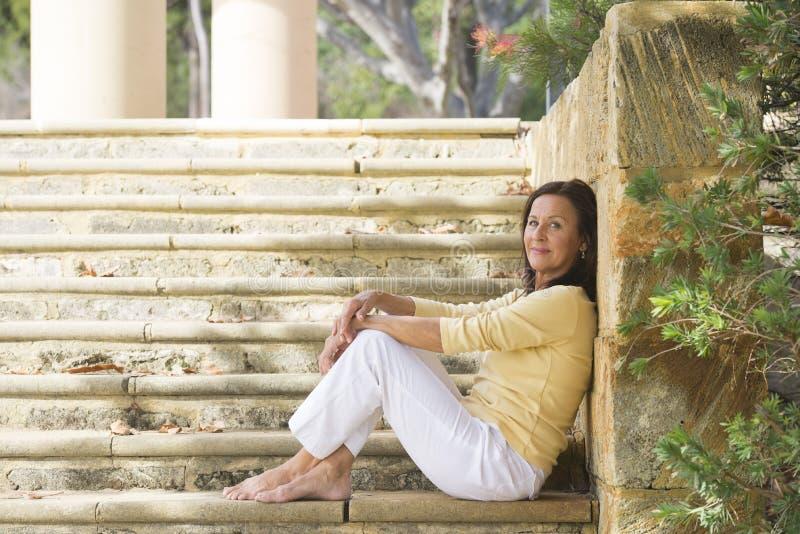 Mulher madura segura relaxado exterior imagens de stock royalty free