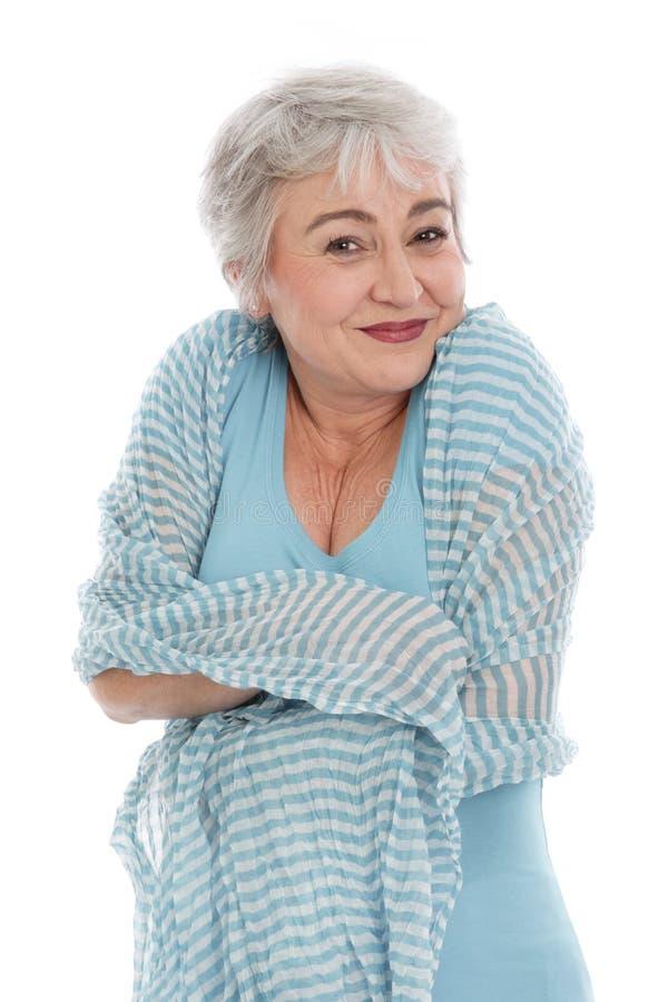 A mulher madura sente confortável isolada ao redor no branco imagem de stock