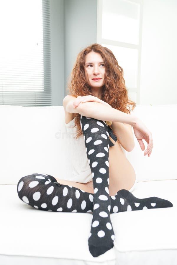 Mulher magro em seu sofá relaxado fotografia de stock
